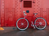 Fahrrad vor einer roten Hauswand